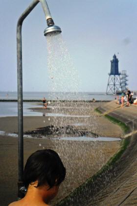 Wattlaufen in Dorum-neufeld. Im Hintergrund der Leuchtturm Eversand