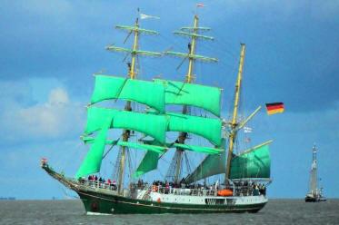 Alexander von Humboldt bei der Einlaufparade in Bremerhaven - Sail 2010