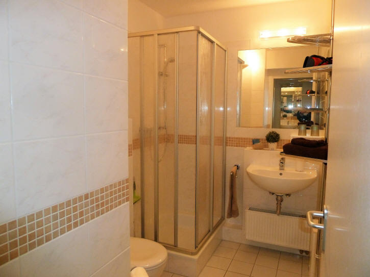 freundliches Badezimmer in der ferienwohnung Leuchtviol in Dorum-Neufeld