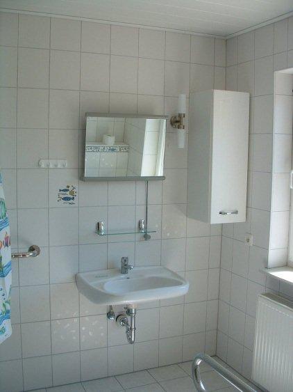Waschbecken mit Rollstuhl unterfahrbar