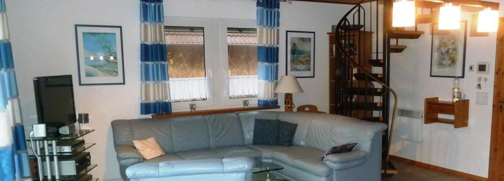 Blick in das Wohnzimmer, Sitzgruppe und Fernseher im ferienhaus leonie