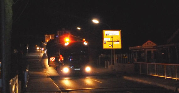 der Convoi startet, vorne weg ein Polizeiauto, auf dem Foto nicht zu sehen