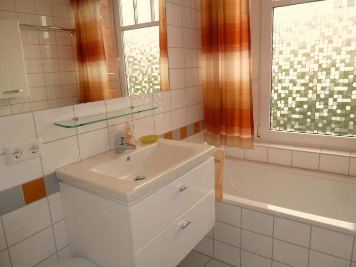 Das großzügige Waschbecken mit Ablagefächer