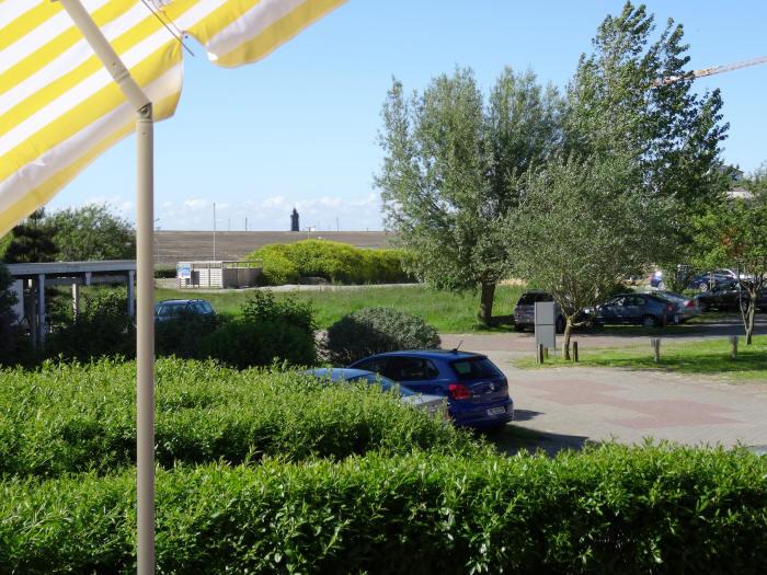 Blick zum leuchtturm und Seedeich von der terrasse