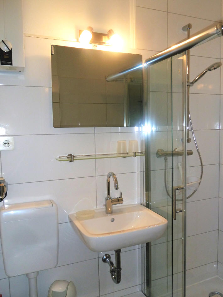 und noch ein Blick in das moderne Badezimmer der ferienwohnung Emmastr. Grimmershörn