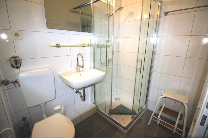 hier das neue moderne Badezimmer ;ärz 2017 renoviert