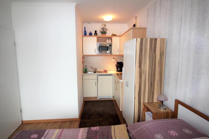 Die moderne Küchenzeile, integriert in das Wohnzimmer von Apartment Emmastr. Grimmershörn