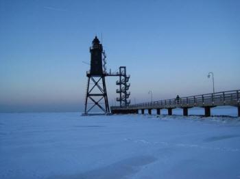 Winterzeit, Gr?kohl- und Pinkelzeit. Hier der leuchtturm Eversand mit der Nordseebaederbruecke.