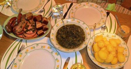 Kartoffeln, Gr?kohl und Pinkel, Kassler, Schweinebauch und Kochwurst oder Schinkenwurst.