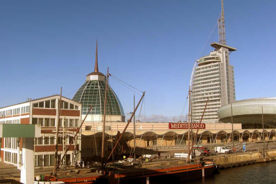 Havenwelten Bremerhaven mit Hotel Sail City und Aussichtsplattform und Mediterraneo