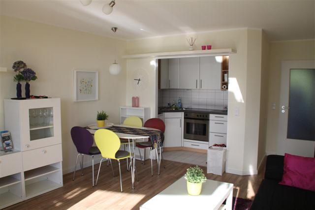 Eine offene Küche mit Geschirrspüler, Kühlschrank und....