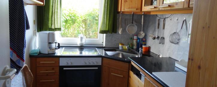 Küche mit Waschmaschine und Geschirrspüler