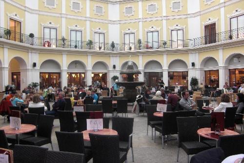 Unter der Kuppel im Mediterraneom Kaffee trinken oder Mittag essen. Einfach entspannen. Die Preise sind ok.