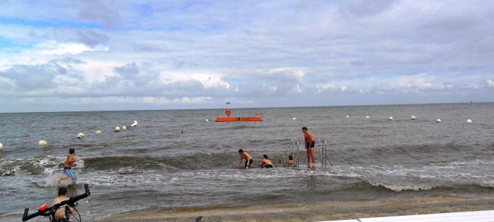 Baden im Meer, im Meerwasserfreibad in der Grimmerhörn Bucht Cuxhaven
