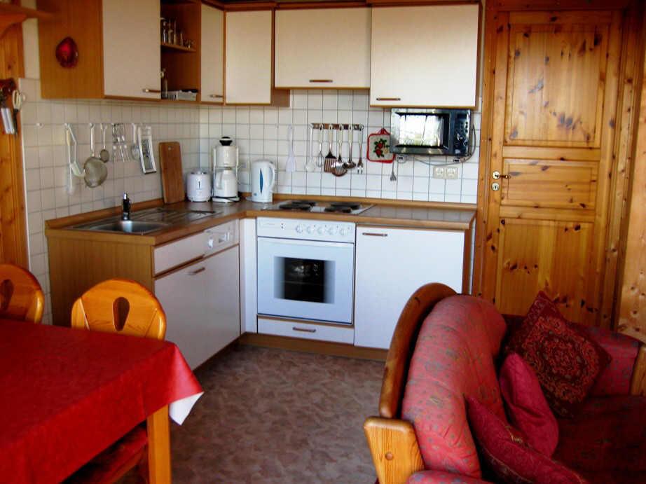 Die Küche mit Geschirrspüler und Backofen