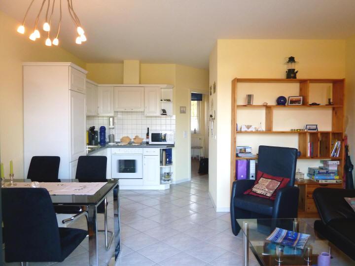 Blick in das Wahnzimmer und in die große Küchenzeile vom Haus Sonnenstrahl Nr.6
