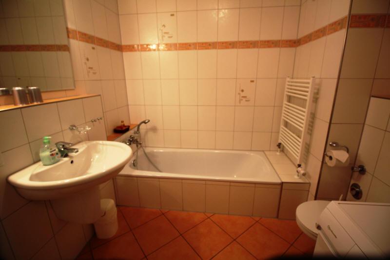 Das Badezimmer Nr.1 mit Waschmaschine und Badewanne.