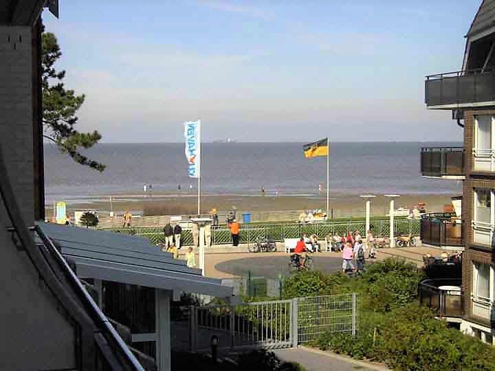 Herrlicher Blick vom Balkon mit Morgensonne auf den Strand und Weltschiffahrtsweg