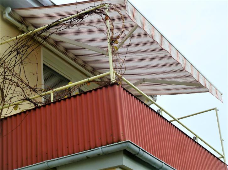 Balkon mit Markisse Ferienwohnung im Dachgeschoss im haus Wiking in Cuxhaven Grimmershörn