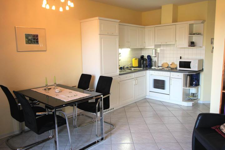 Haus Sonnenstrahl Nr.6, Esstisch und Küchenzeile