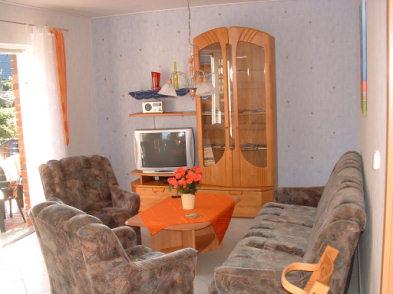 Blick ins Wohnzimmer vom behindertengerechtem Ferienhaus
