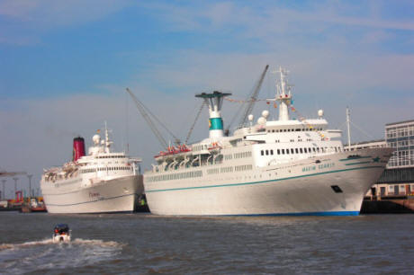 Hier die Kreuzfahrtschiffe Mona Lisa und die Maxim Gorky am 31.08.08 in Bremerhaven