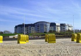 Am Strand von D?e, im Hintergrund die Kurparkresidenz
