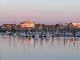Sonnenuntergang Yachthafen im Nordsee-Urlaubsort Esens-Bensersiel
