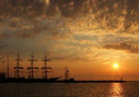 Sonnenuntergang in Cuxhaven im Amerika Hafen.