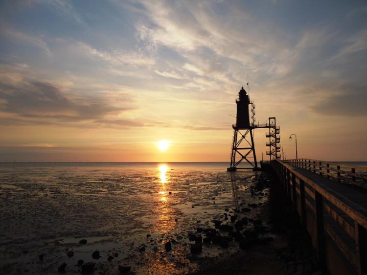Sonnenuntergang am Leuchtturm Eversand