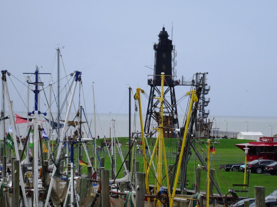 Leuchtturm Eversand aus dem Jagd-und Kutterhafen fotografiert.